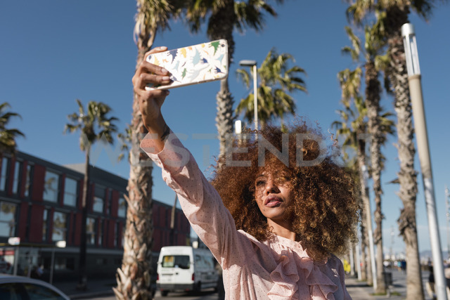 Stylish young woman taking a selfie at seaside promenade - MAUF01511