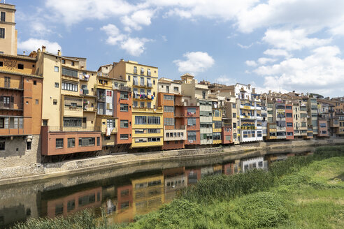 Spain, Girona, row of houses at the riverside - AFVF00808