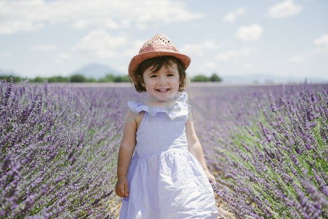 France, Provence, Valensole plateau, Happy toddler girl in purple lavender fields in the summer - GEMF02131 - Gemma Ferrando/Westend61