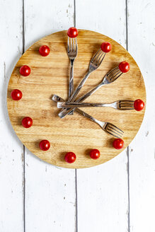 Vegetables on round chopping board, symbol for intermittent  fasting - SARF03859