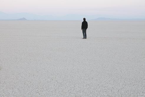 Man standing in vast, desert landscape - MINF00727