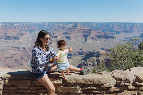 USA, Arizona, Grand Canyon National Park, Grand Canyon Village, mother and little daughter on a wall - GEMF02181