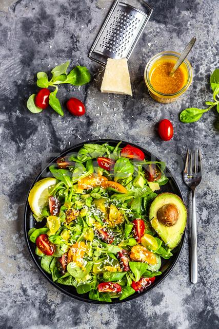 Salad with lamb's lettuce, tomatoes, avocado, parmesan and curcuma lemon dressing - SARF03863