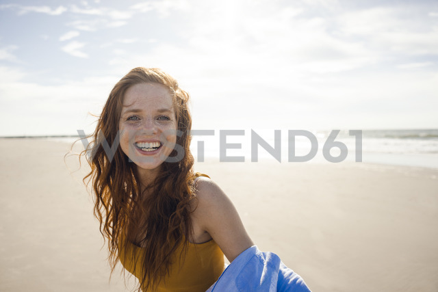 Portrait of a redheaded woman, laughing happily on the beach - KNSF04248 - Kniel Synnatzschke/Westend61