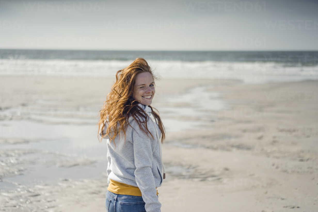 Redheaded woman relaxing on the beach, laughing - KNSF04320 - Kniel Synnatzschke/Westend61