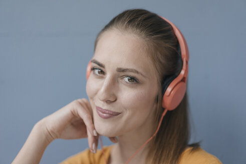 Portrait of a pretty woman, using headphones - JOSF02298