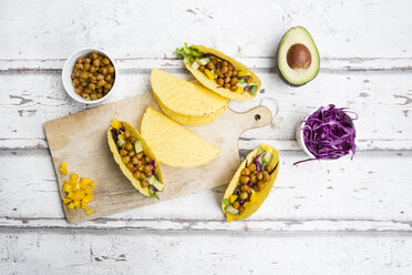 Vegetarian tacos filled with in curcuma roasted chick peas, yellow paprika, avocado, salad and red cabbage - LVF07323