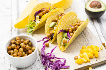 Vegetarian tacos filled with in curcuma roasted chick peas, yellow paprika, avocado, salad and red cabbage - LVF07326