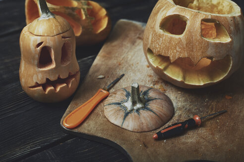 Halloween pumpkins, Jack O'Lanterns, carving knifes - AZF00009