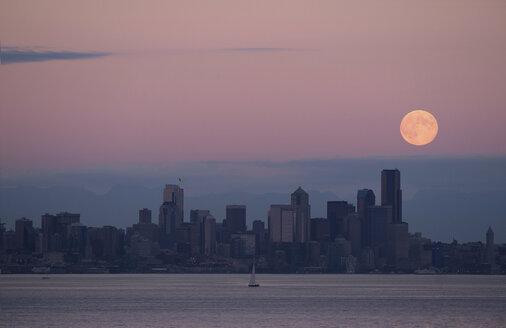 Moon over skyline, Seattle, USA - ISF17211