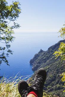 Italy, Liguria, Portofino Peninsula, Hiker resting in the mountains - GWF05598