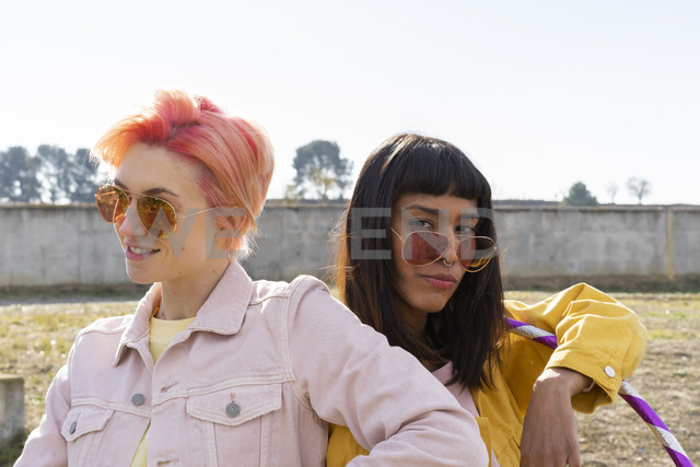 Two alternative friends wearing yellow and pink jeans jackets - AFVF01017
