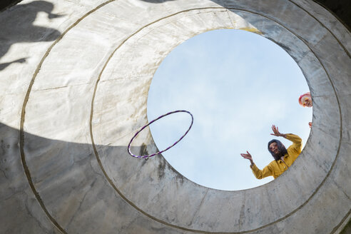 Woman throwing hoop - AFVF01020