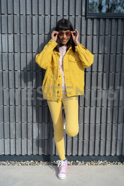 Young woman wearing yellow jeans clothes - AFVF01032 - VITTA GALLERY/Westend61