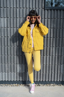 Young woman wearing yellow jeans clothes - AFVF01032