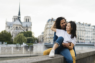 France, Paris, happy young couple at river Seine - AFVF01093