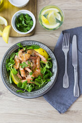 Shrimps with lamb's lettuce in bowl - GIOF03990