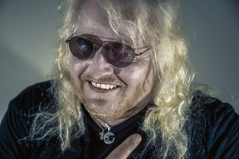 Portrait of laughing blond rocker - FRF00699
