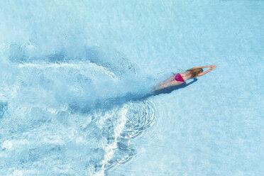 Woman diving underwater in swimming pool - SMAF01068