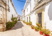 Spain, Andalucia, Tarifa, cobbled lane in old town - SMAF01077