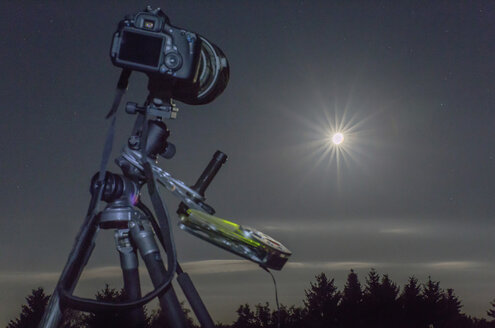 Germany, Hesse, Hochtaunuskreis, Equipment used for astro photography, photographing a full moon eclipse - THGF00049