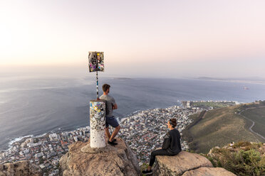 South Africa, Cape Town, Lions Head, Sea Point, couple enjoying the view at sunset - DAWF00679