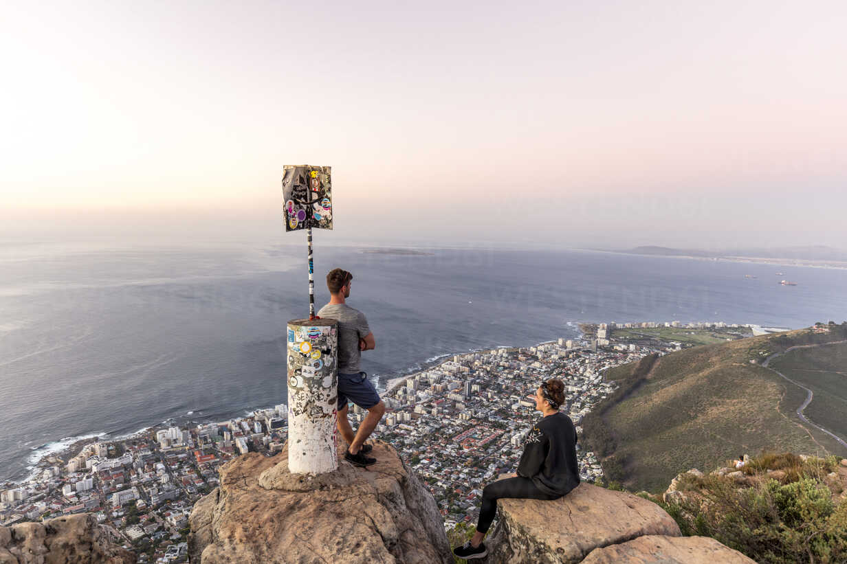 South Africa, Cape Town, Lions Head, Sea Point, couple enjoying the view at sunset - DAWF00679 - Daniel Waschnig Photography/Westend61