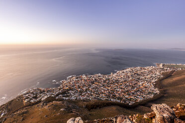 South Africa, Cape Town, Lions Head, Sea Point, sunset above the sea - DAWF00682