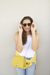 Portrait of smiling brunette woman wearing sunglasses - DAWF00700