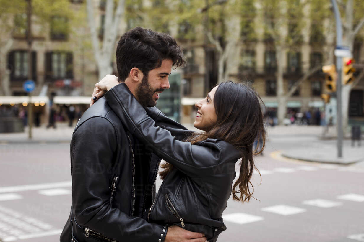 Spain, Barcelona, happy young couple hugging on the street - MAUF01541 - Mauro Grigollo/Westend61