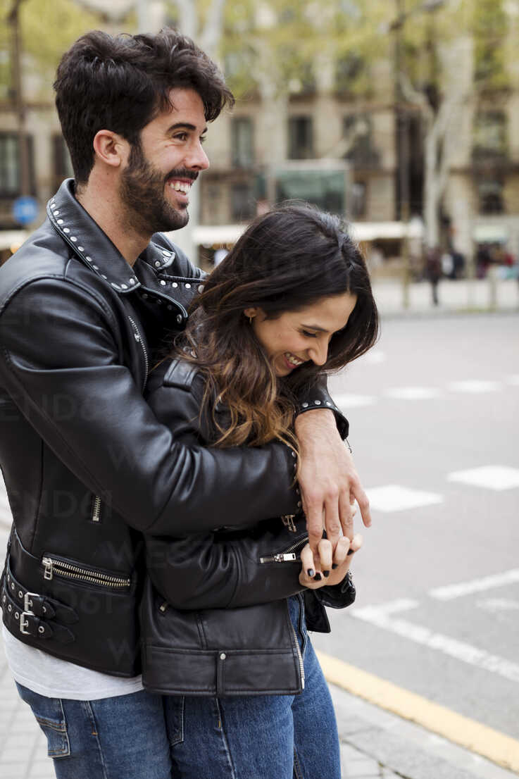 Spain, Barcelona, happy young couple hugging on the street - MAUF01544 - Mauro Grigollo/Westend61