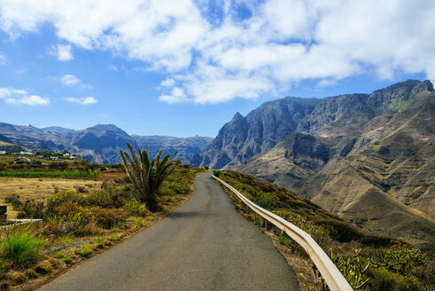 Spain, Canary Islands, Gran Canaria, Road between mountains - KIJF01978