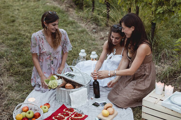 Friends having a summer picnic in vineyard - MAUF01629