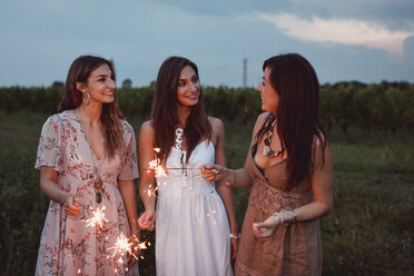 Friends having a picnic in a vinyard, burning sparklers - MAUF01650