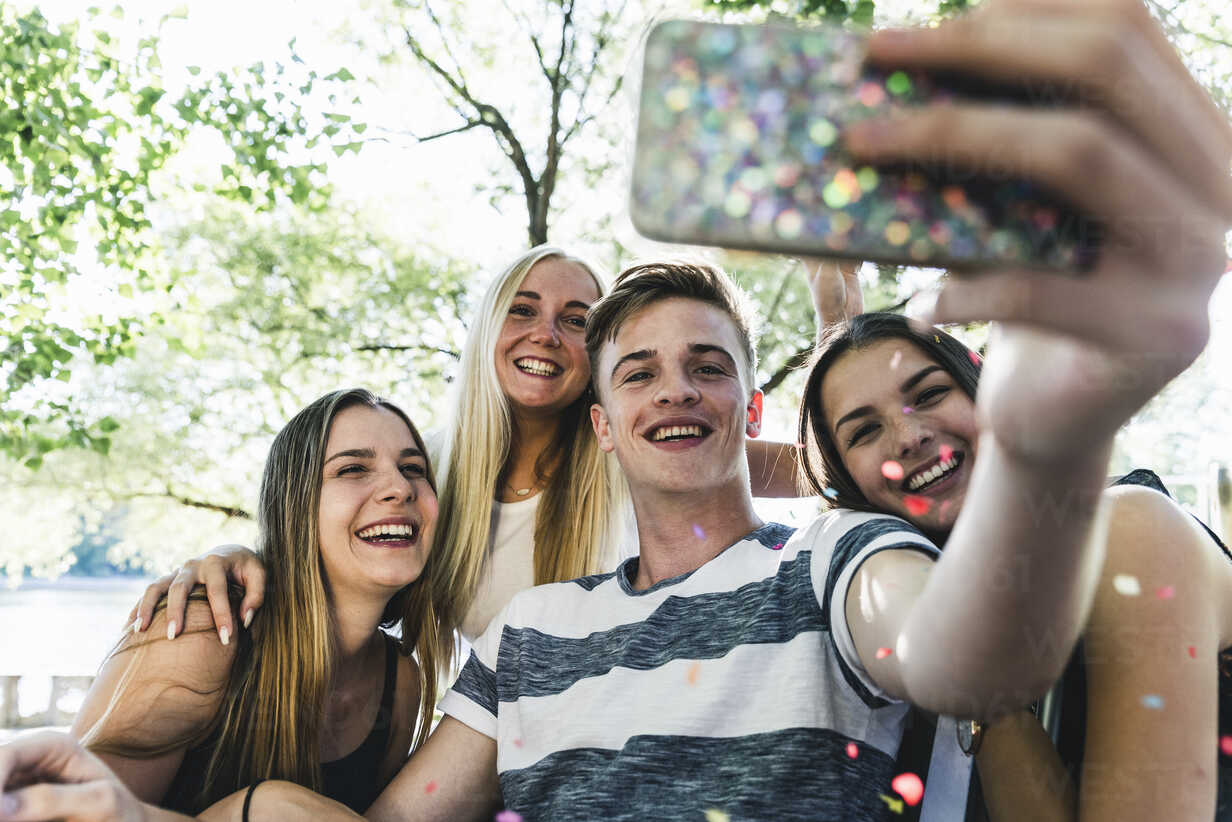 Group of happy friends taking a selfie outdoors - UUF14871 - Uwe Umstätter/Westend61