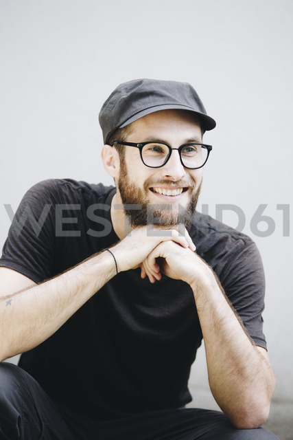Portrait of smiling man dressed in black - NGF00467 - Nadine Ginzel/Westend61