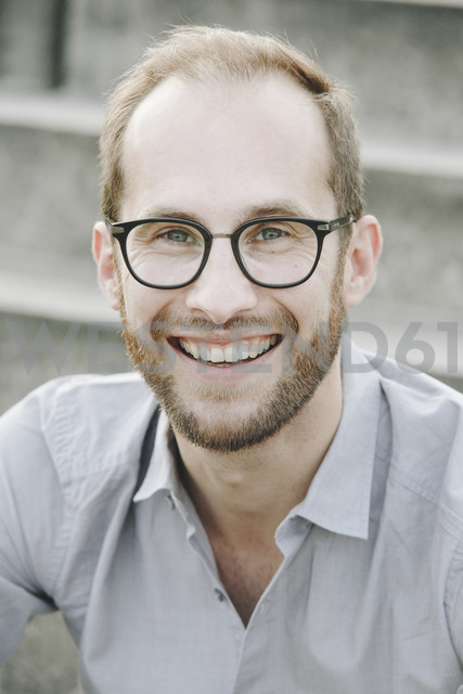 Portrait of laughing businessman wearing glasses - NGF00470 - Nadine Ginzel/Westend61