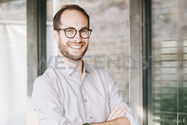 Portrait of laughing businessman wearing glasses - NGF00476 - Nadine Ginzel/Westend61