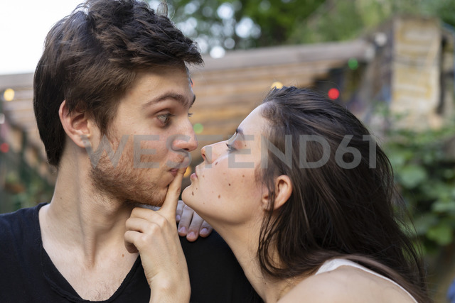 Portrait of young couple facing each other - AFVF01233