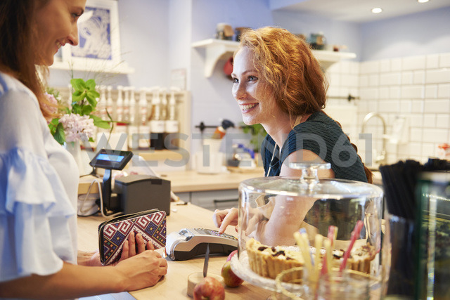 Customer paying by credit card in a cafe - ABIF00857 - gpointstudio/Westend61