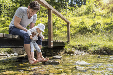Father and daughter at Josefsthal mountain stream - DIGF04732