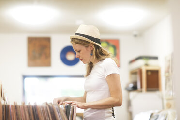 Young woman with hat searching record - SGF02205