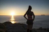 Sportive woman looking sunset - RAEF02070