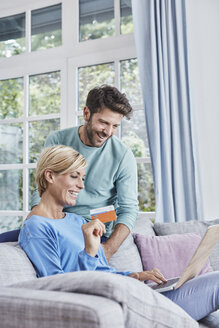 Happy couple at home shopping online - RORF01404