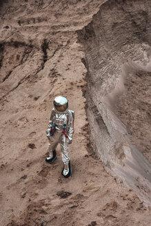 Spaceman exploring nameless planet - VPIF00440