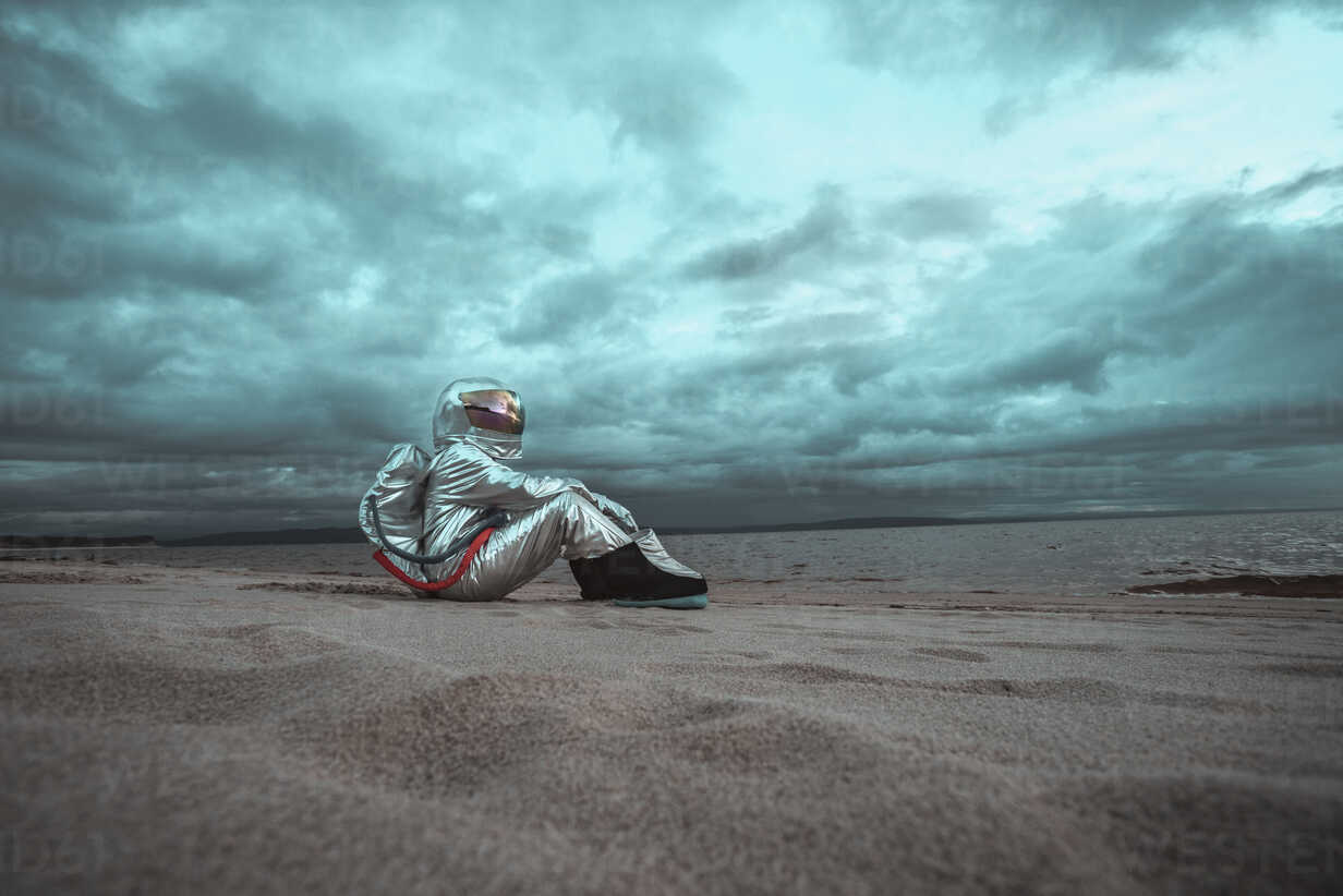 Lonely spaceman looking at lake on nameless planet - VPIF00470 - Vasily Pindyurin/Westend61