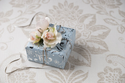 Wrapped present with rose blossoms - MYF02045