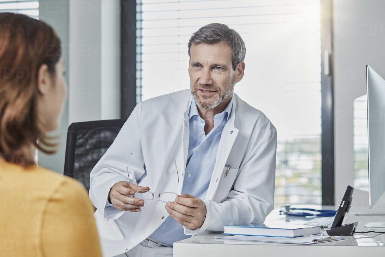 Physician patient talk - RORF01456 - Roger Richter/Westend61