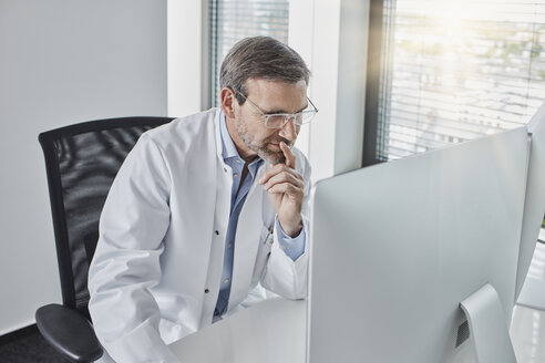 Doctor using computer - RORF01459