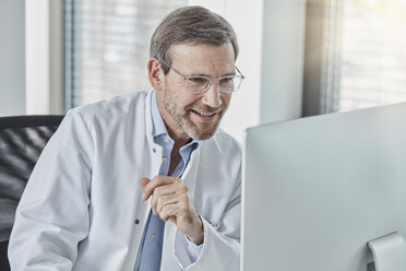 Doctor using computer - RORF01462